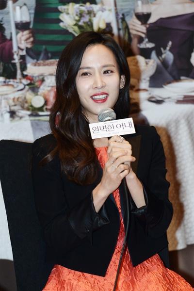 완벽한 아내 KBS 2TV 드라마 <완벽한 아내>의 출연배우 윤상현, 고소영, 조여정, 성준이 3월 24일 오전 서울 여의도 콘래드호텔에서 열린 기자간담회에 참석해 기자들의 질문에 답하는 시간을 가졌다.