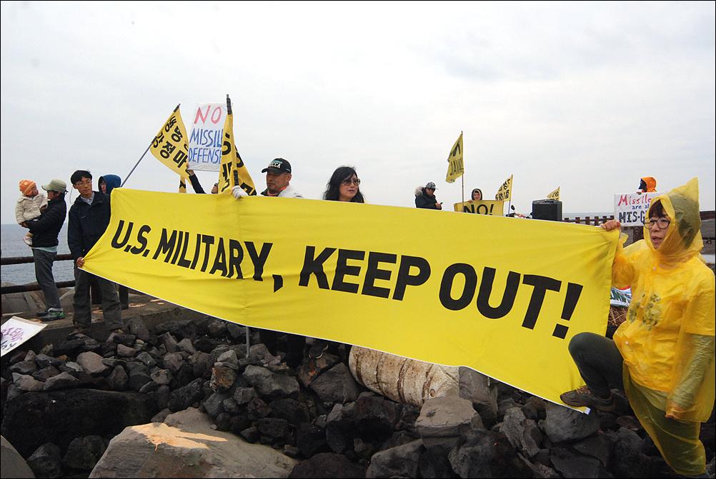 제주해군기기(제주민군복합항)이 개장된 이래 처음으로 미국 전투함이 입항했다. 강정마을 주민들이 이지스함 입항에 반해하는 시위를 펼쳤다.