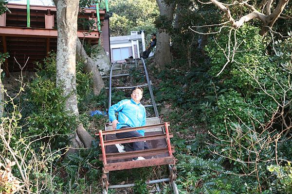목포대학교 이재언 연구원이 김지호씨가 설치한 곤돌라를 타고 내려오고 있다. 무거운 짐을 운반하는 데 사용한다