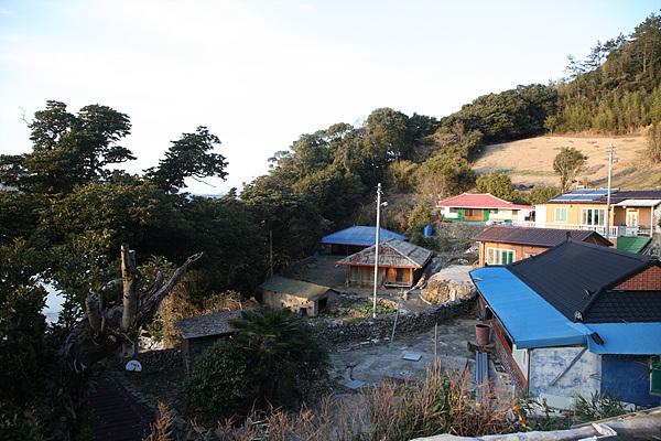 마을 모습. 5월에 새순이 나오면 섬이 훨씬 예쁘다고 한다