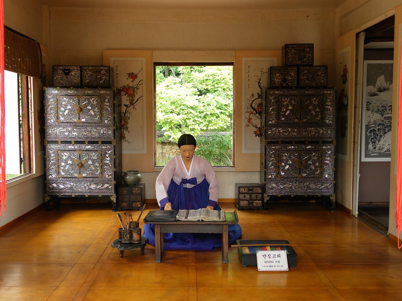 공부하는 조선시대 여성. 경기도 용인시의 한국민속촌에서 찍은 사진.