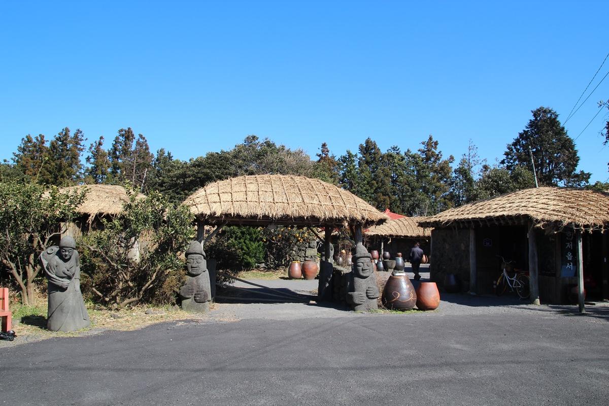 제주의 생활상을 한눈에 엿볼 수 있는 성읍민속마을이다.