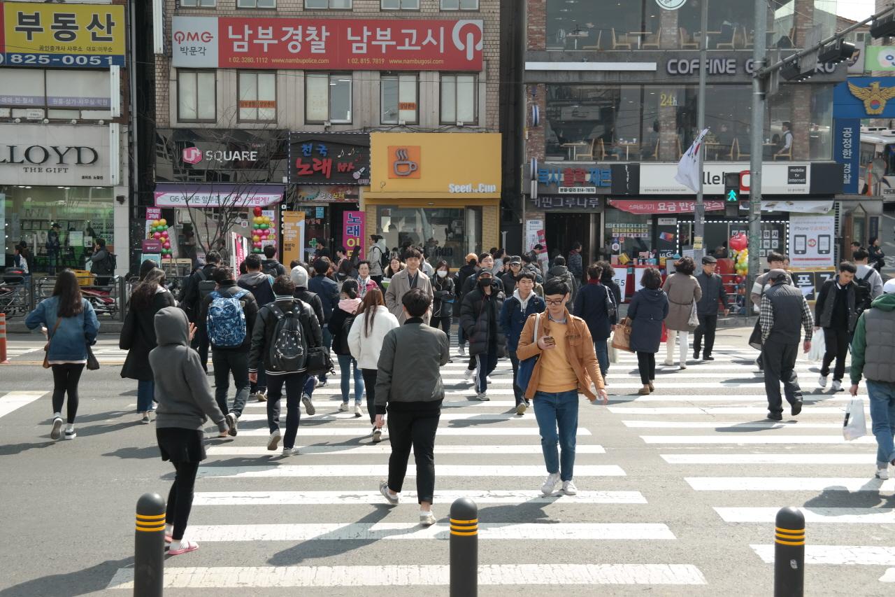 지난 3월 23일 점심 시간 서울 지하철 1호선 노량진역 앞 횡단보도에서 시민들이 바삐 걸음을 재촉하고 있다.