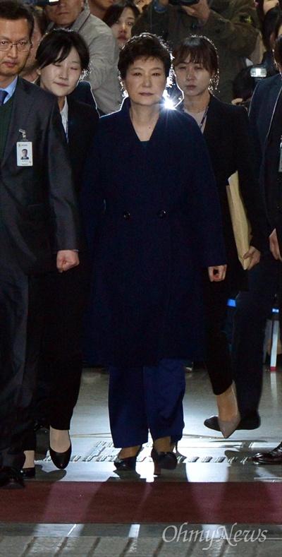 박근혜 전 대통령이 30일 오후 서울 서초구 서울중앙지방법원에서 구속 전 피의자심문(영장실질심사)을 마친 뒤 서울중앙지방검찰청으로 향하고 있다.