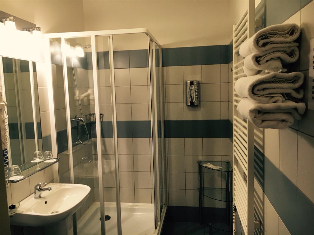악센트 호텔 욕실 내부의 모습