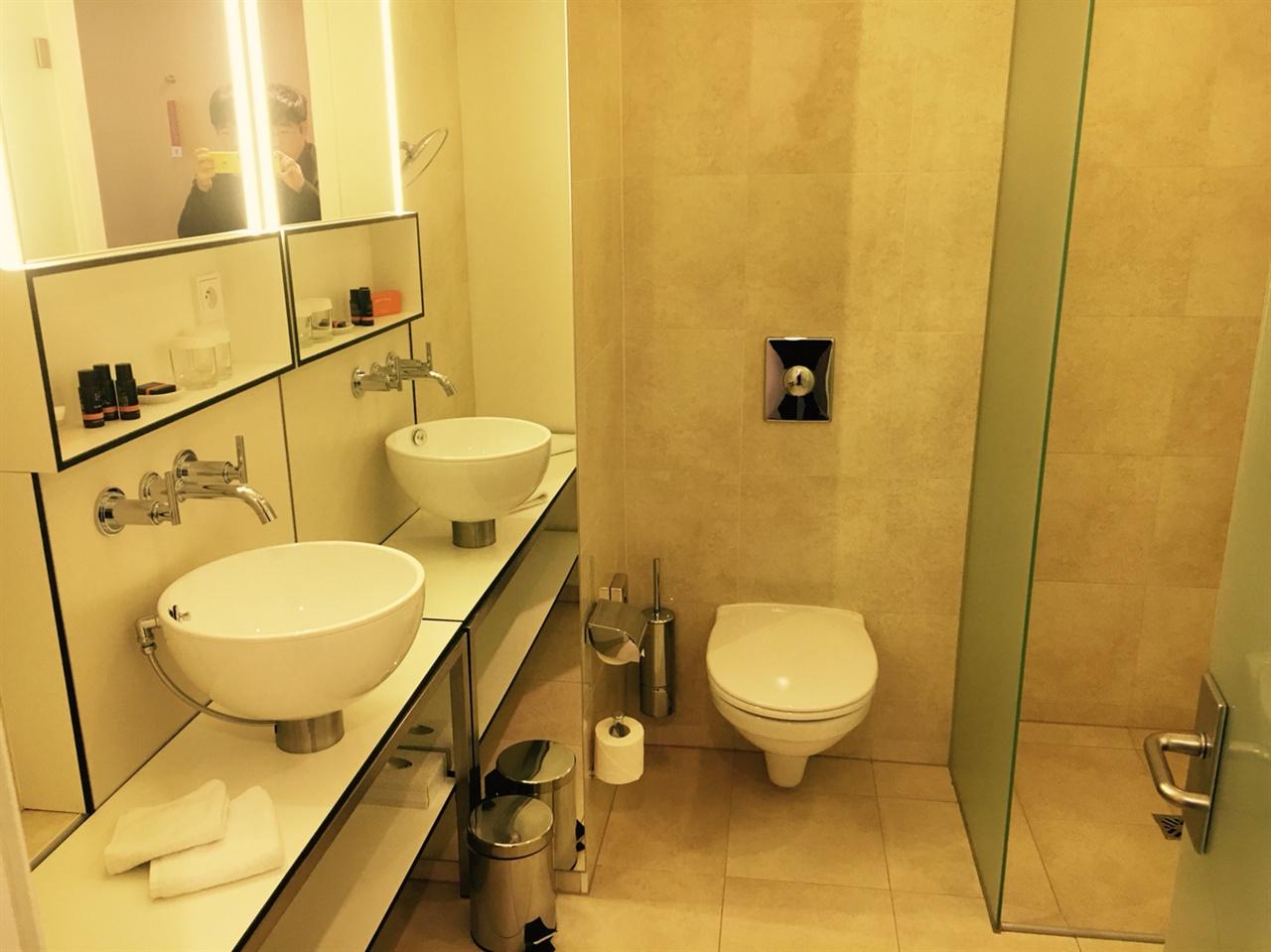 안델스 호텔 욕실의 모습