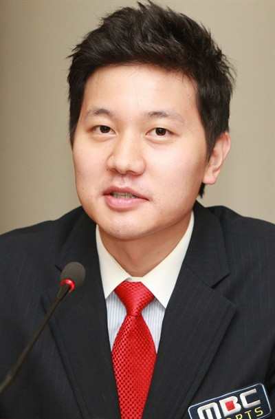 2008년 07월 30일 오후 여의도 MBC경영센터 9층 대회의실에서 진행된 2008 베이징 올림픽 MBC 스포츠 캐스터 미디어데이에 참석한 아나운서 김정근이 질의응답을 갖고 있다.