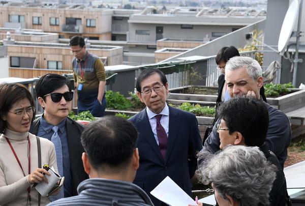 박원순 서울시장이 31일 최첨단 스마트 기술을 도입한 오스트리아 빈의 아스페른지구를 방문해 관계자의 설명을 듣고 있다.