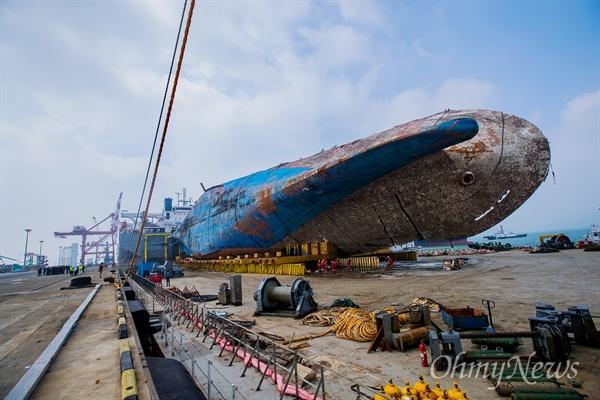 인양된 세월호가 목포신항에 입항한지 2일째인 1일 오전 반잠수정 화이트마린호에 실린채 정박해 있다.
