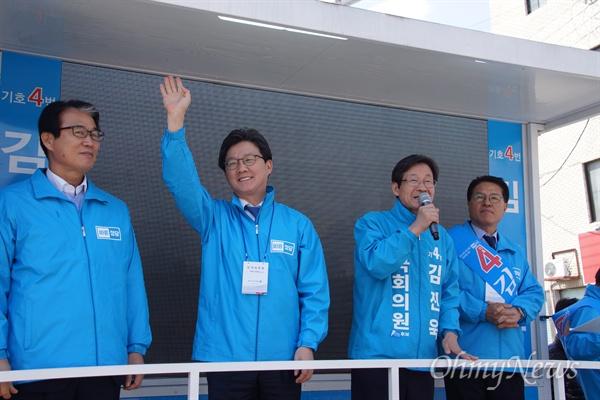 상주군위의성청송 국회의원 재보구러선거에 출마한 김진욱 바른정당 후보의 선거연설회에 참석한 유승민 대선 후보가 시민들에게 손을 흔들고 있다.