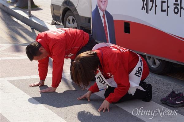 김재원 자유한국당 후보가 2일 오후 상주 서문네거리에서 시민들에게 부인과 함께 큰절을 하고 있다.