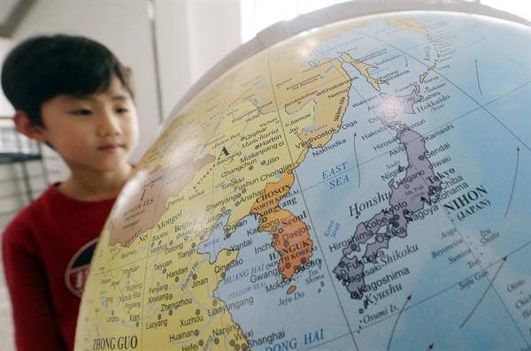 (서울=연합뉴스) 김주성 기자 = 4일 오후 서울 중구 서울도서관을 찾은 한 초등학생이 '일본해(SEA OF JAPAN)'가 아닌 '동해(EAST SEA)'로 표기한 이탈리아 '조폴리 지오그라피카'(ZOFFOLI GEOGRAPHICA)가 만든 지구본을 관람하고 있다. 이 지구본은 외국 학술서적 전문 인터넷서점인 티메카코리아가 서울도서관에 기증했다. 2014.4.4