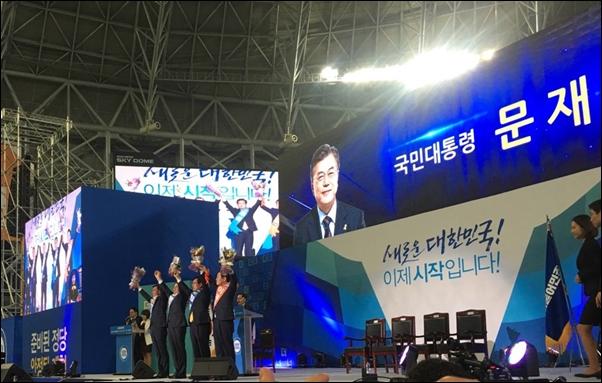 민주당 대선 후보로 문재인 후보가 확정된 이후 안희정,이재명, 최성 후보 등이 함께 꽃다발을 들고 손을 올리고 있다.