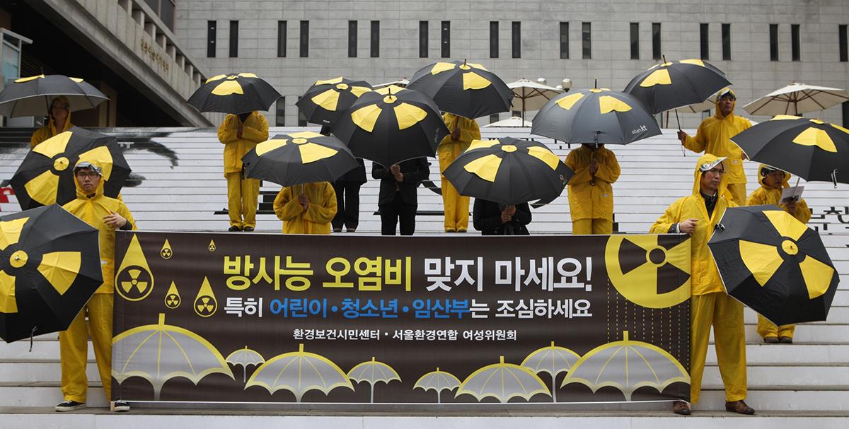 후쿠시마 원전사고 한 달 후 한반도에 방사능비가 내렸다. 그러나 한국정부는 '걱정할 것 없다'는 말로만 일관했다.