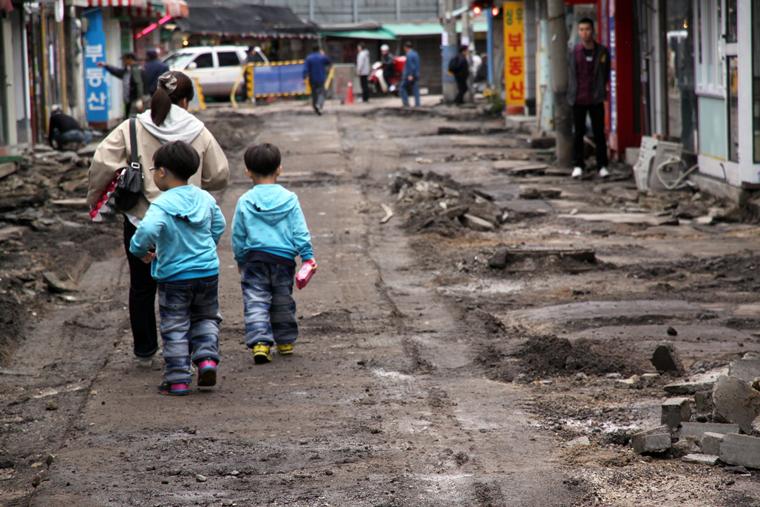 방사능에 오염된 아스팔트를 걷어내고 있는 월계동의 모습