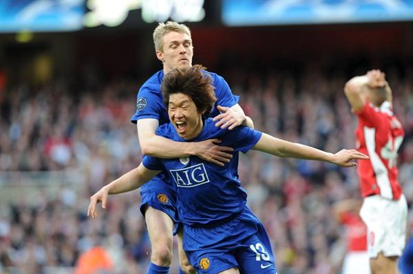 지난 2009년 5월 5일 영국 런던의 에미리츠 스타디움에서 열린 챔피언스리그 4강 2차전 맨체스터 유나이티드 대 아스널의 경기에서 맨체스터 유나이티드의 박지성이 첫번째 골을 넣은 후 기뻐하고 있다.