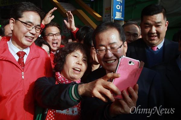 사진 요청에 흔쾌히 응하는 홍준표 홍준표 자유한국당 대선후보가 4일 오후 대구 중구 서문시장에서 상인의 사진 요청에 응하고 있다.