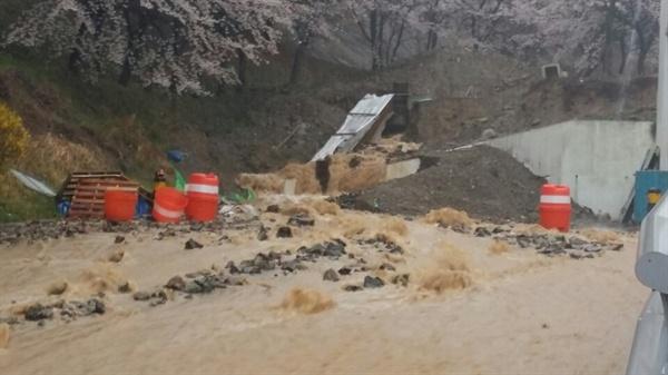 6일 아침 창원터널 창원쪽 방향 바깥에 토사가 흘러내려 치우는 작업이 벌어지고 있다.