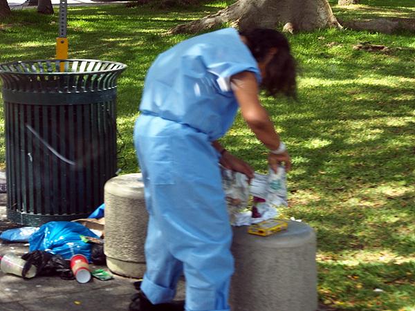 풍요와 번영만 구가할 것 같은 하와이도 노숙자문제로 골치를 앓고 있다고 한다. 길가 쓰레기통을 뒤지는 노숙자 모습