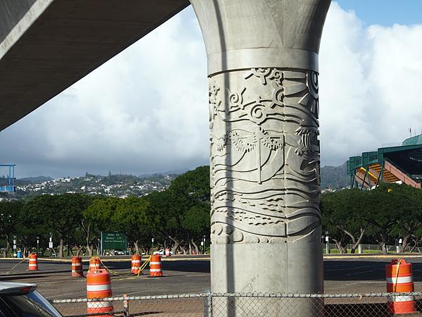진주만으로 가는 고가도로의 다리에 새긴 하와이 전통 문양 모습. 아름다운 하와이를 만들기 위해 이렇게 공을 들여 건설한다고 한다. 고가도로 만드는 데 10년을 계획하고 있다는 그들의 노력을 눈여겨보아야 한다.