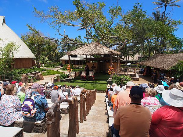 폴리네시안 문화센터에서 전통공연을 관람하는 관광객