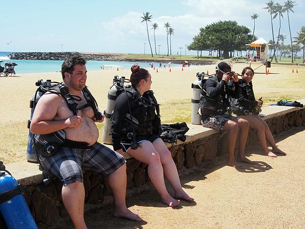 와이키키 해변은 해양스포츠의 요람이기도 하다. 스쿠버다이빙을 배우려는 사람들이 강사의 지시를 기다리며 앉아있다
