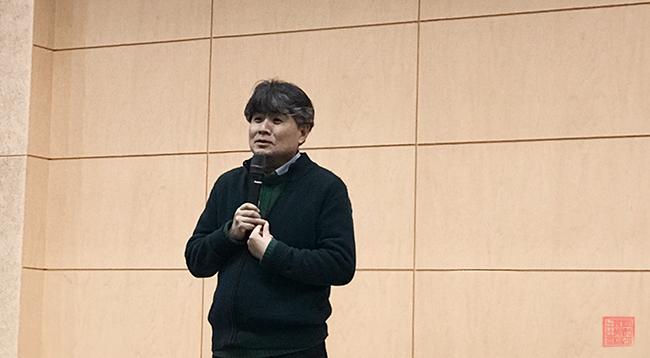 대학 강의 중인 강원국 교수