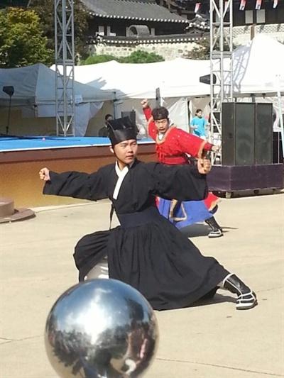 2013년 9월 15일, 서울 남산골한옥마을에서 열린 무예24기 공연에 참가한 필자가 권법을 선보이는 장면.