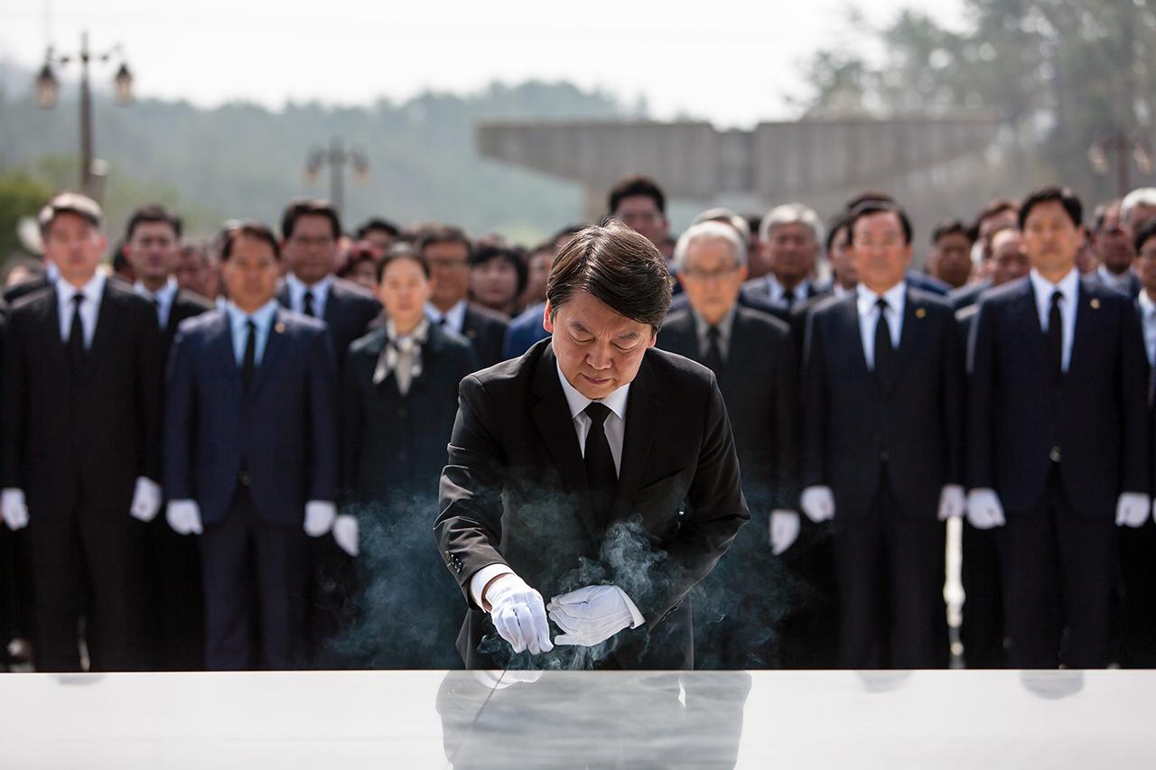 안철수 국민의당 대통령 후보, 9일 오전 광주 북구 운정동 국립5.18민주묘지를 찾아 헌화