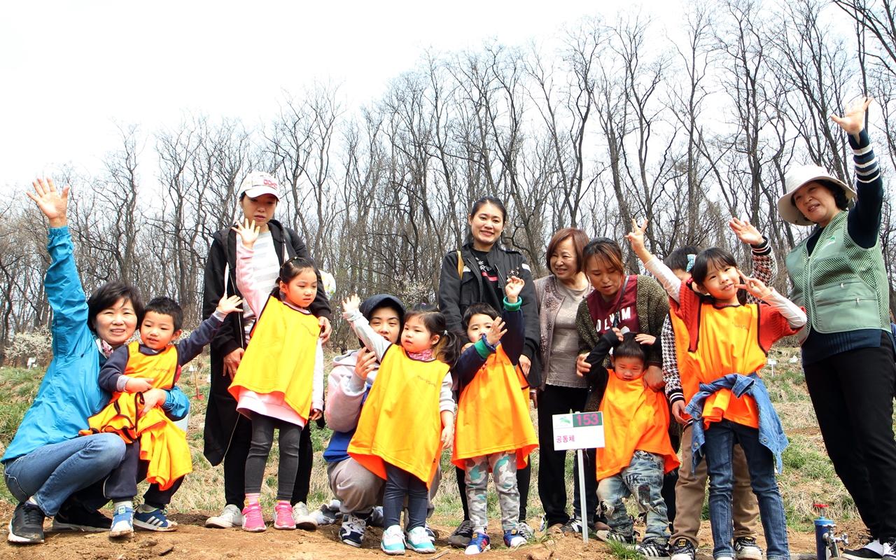 텃밭 멘토인 이경임(55, 맨 오른쪽)씨와 별산솔어린이집 학부모와 어린이들.