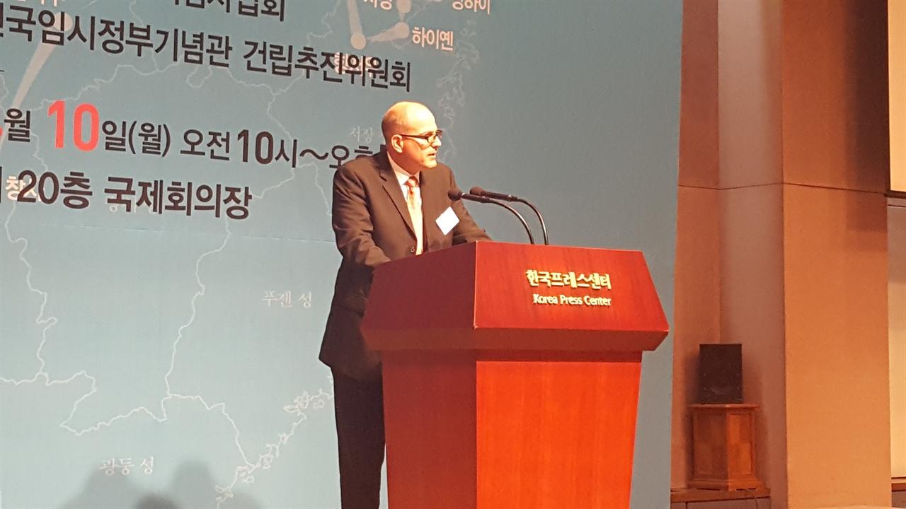 10일, 서울 프레스센터 20층에서 열린 대한민국 임시정부 수립 98주년 기념 국제학술회의에서 브랜든 팔머 코스탈 캐롤라이나 대학 교수가 <세계적 관점에서 본 독립의 기념>이라는 주제로 발표하고 있다.