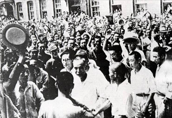 1945년 8월 16일 서울 휘문중학교에서 조선건국준비위원회 발족을 선언한 여운형이 환호하는 군중들에게 둘러싸여 있다.(㈔몽양여운형선생기념사업회 홈페이지에 수록된 사진) 제공=김종민.