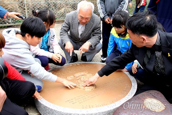 남원 금지동초등학교 학생들이 11일 마산 김주열열사시신인양지를 찾아 상징물을 살펴보고 있다.