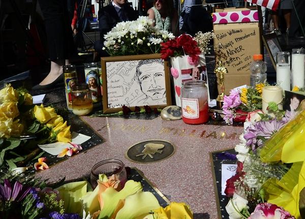 미국 배우 로빈 윌리엄스 자살 지난 2014년 8월 12일, 미국 캘리포니아 할리우드 명예의 거리에 배우 로빈 윌리엄스를 추모하기 위한 꽃과 트로피 등이 놓여졌다. <미세스 다웃파이어> <굿모닝 베트남> 등으로 유명한 배우 로빈 윌리엄스는, 지난 8월 11일, 캘리포니아 북샌프란시스코에 위치한 그의 집에서 자살한 채 발견되었다.