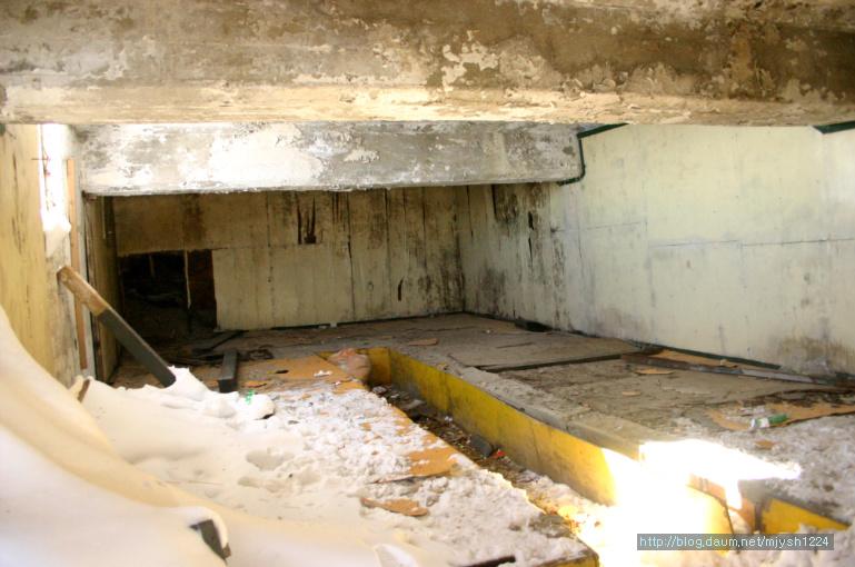 대청대피소 대청대피소(2006년) 산객의 애환이 절절하게 묻어 있는 내부. 저기 오른쪽 침상이 내 자리였다.