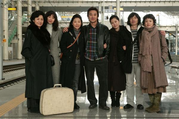이 영화에는 다양한 가족 형태가 나온다. 하나 같이 '막장'이라 할 만한데, 영화는 그들도 모두 가족이라 말한다.