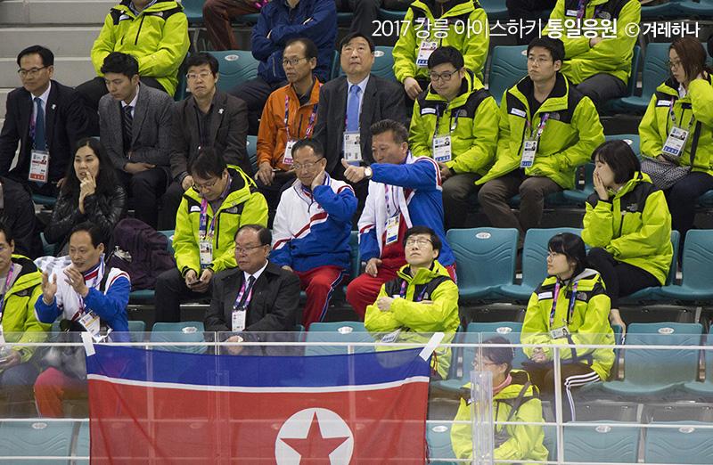 경기 중 선수들에게 엄지를 들어보이는 북한대표팀 관계자. 조직위 관계자들이 둘러싸고 앉은 것이 눈에 띈다.