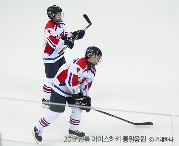 경기 시작전, 관중들을 향해 하키 스틱을 두드려주는 북한 선수들
