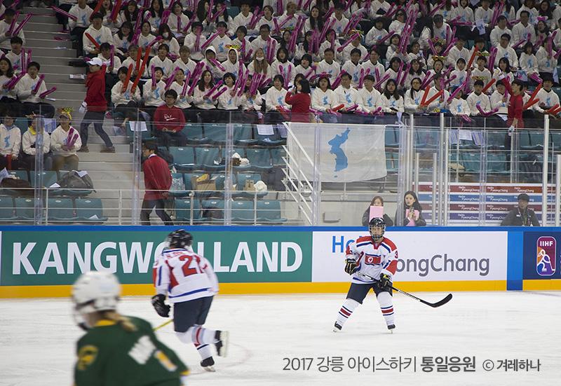 관중석과 단일기 앞에 선 북한 선수
