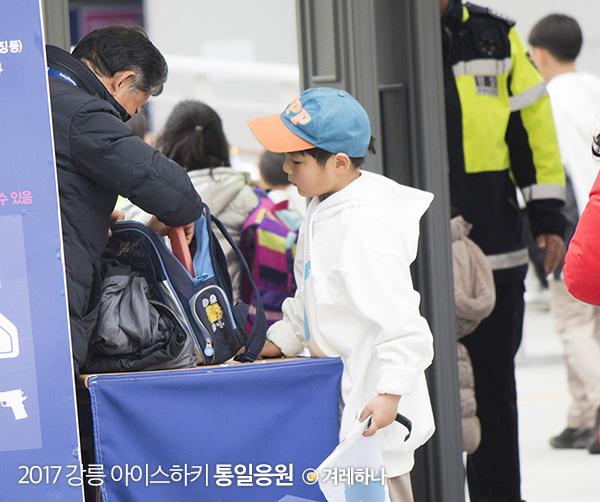 응원단에 참가한 초등학생의 가방까지 낱낱이 검사하는 모습