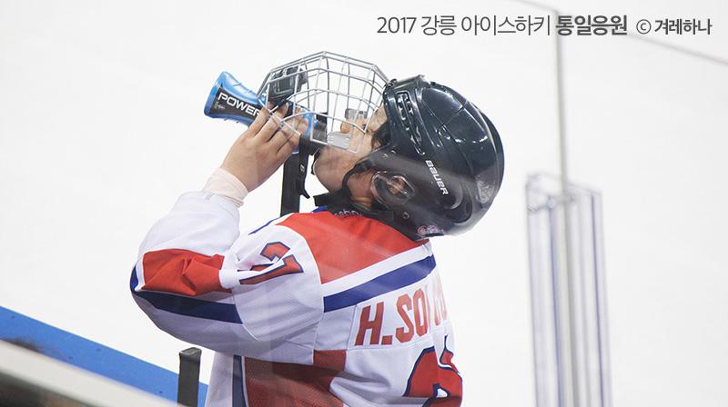경기중 물을 마시는 북한 선수