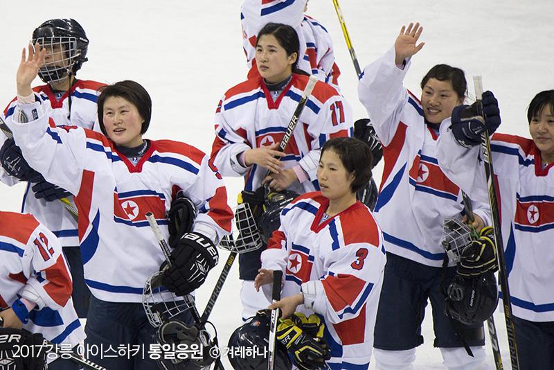 경기 승리후, 관중들에게 손을 흔들어주는 북한선수들