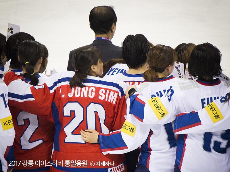 남북선수들이 함께 사진을 찍는 모습. 조심스레 올린 손이 눈에 띈다
