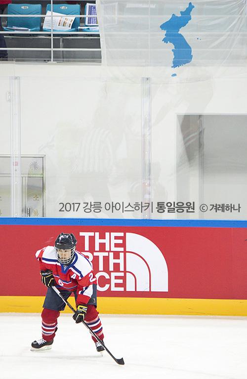 단일기 앞에 선 북한 선수