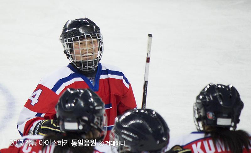 골을 넣고 웃음짓는 북한선수