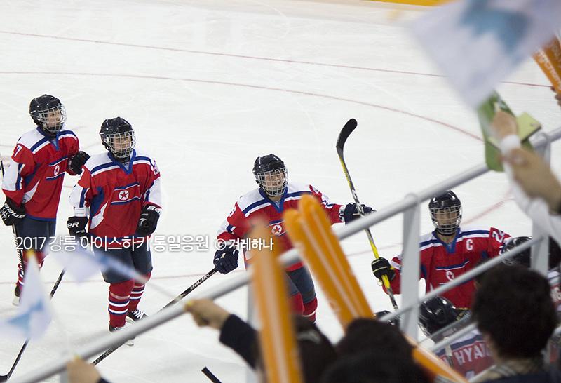 골을 넣고 관중석에 인사해주는 북한선수들