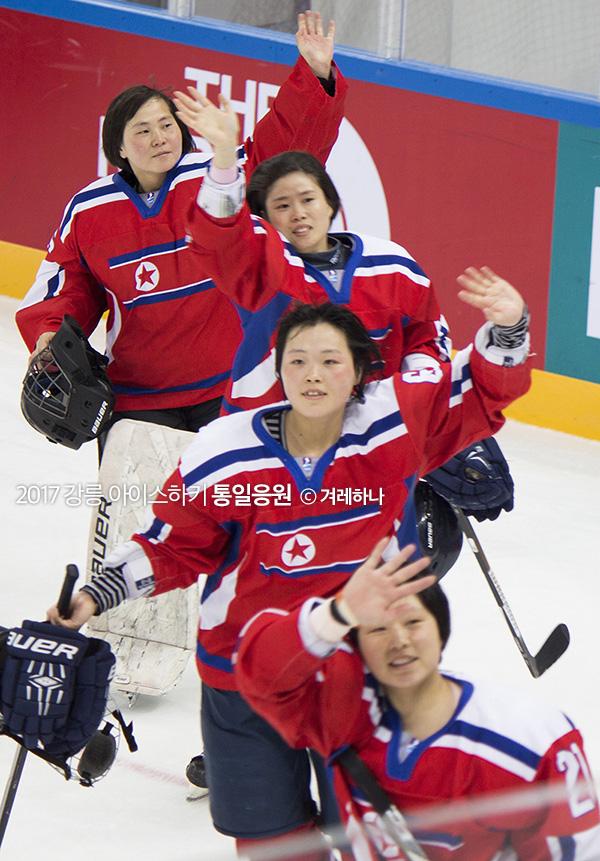 마지막경기를 승리한 후, 아이스링크장을 한바퀴 돌며 인사해주는 북한선수들