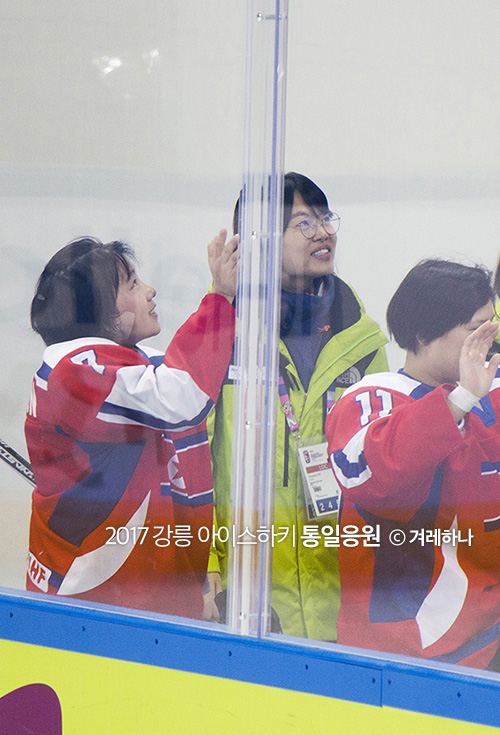 경기장 밖을 나가면서 관중들에게 손 흔들어주는 북한선수들
