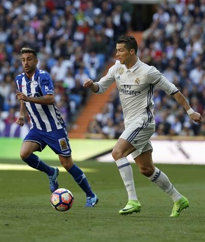 4월 2일 레알 마드리드가 데포르티보에 3대 0 승리를 거뒀다. 레알 마드리드의 크리스티아노 호날두가 볼을 몰고 있다.