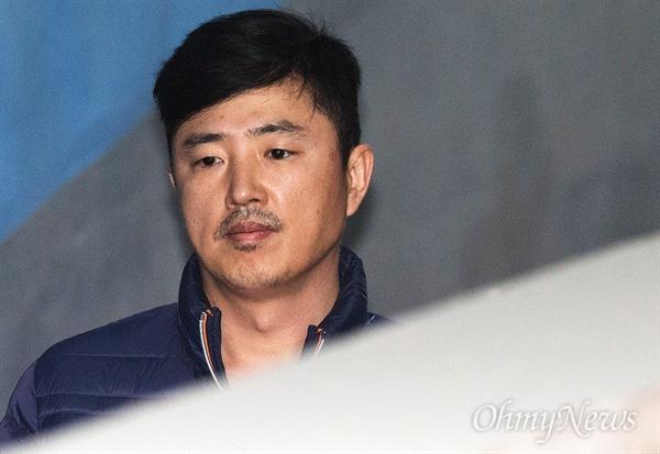체포적부심 받는 고영태 사기와 알선수재 혐의로 체포된 최순실의 최측근이었던 고영태가 13일 오후 서초구 서울중앙지방법원에서 열린 체포적부심사에 출석하고 있다.